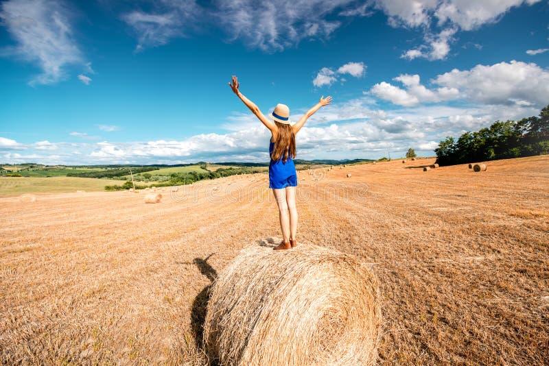 Vrouw op hayfield stock fotografie