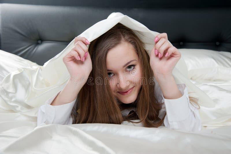 Download Vrouw op het bed stock afbeelding. Afbeelding bestaande uit schoonheid - 29509943