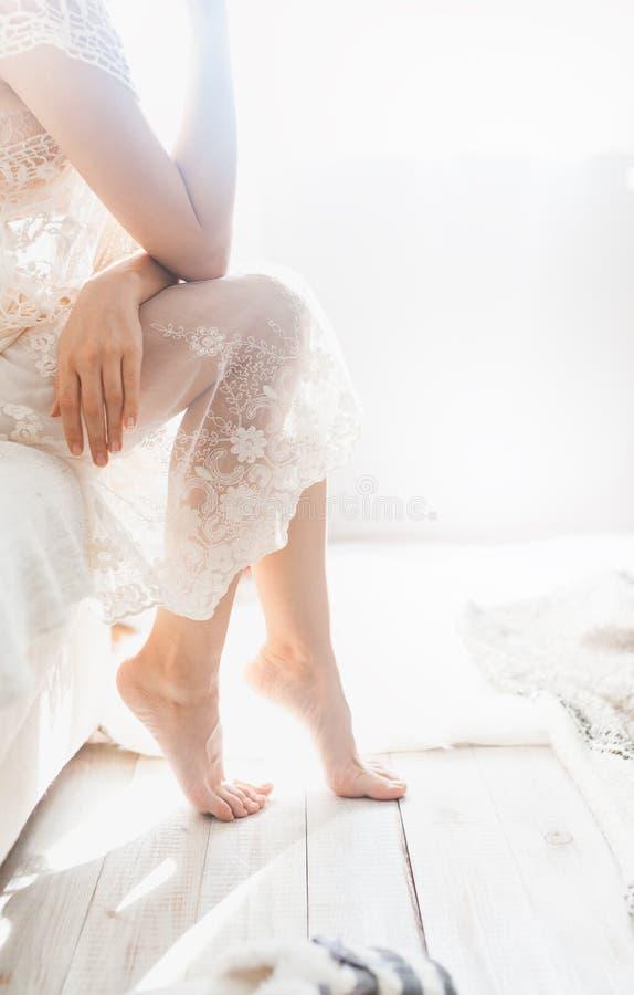 Vrouw op het bed stock foto