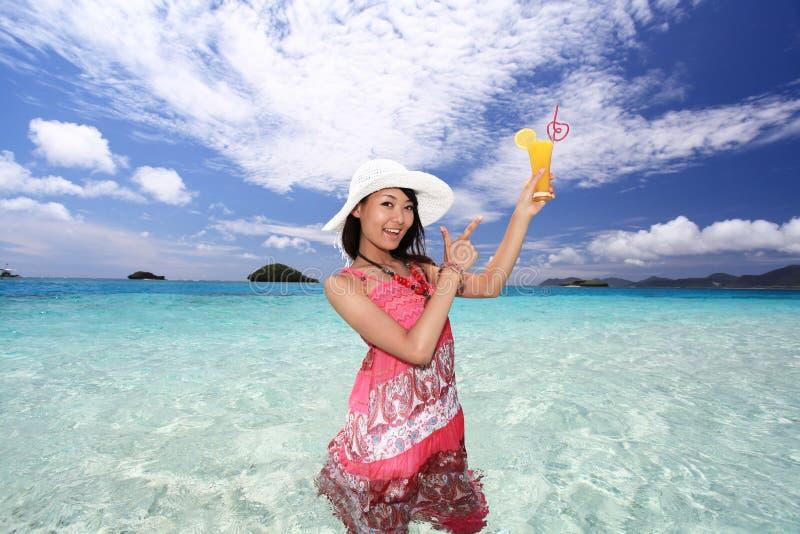 Vrouw op het blauwe overzees royalty-vrije stock foto's
