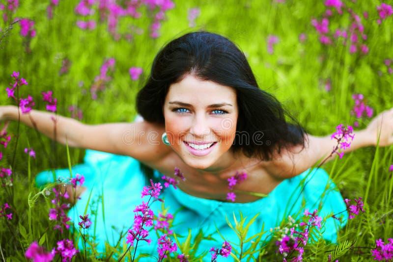 Vrouw op het gebied van de de zomerbloem stock fotografie
