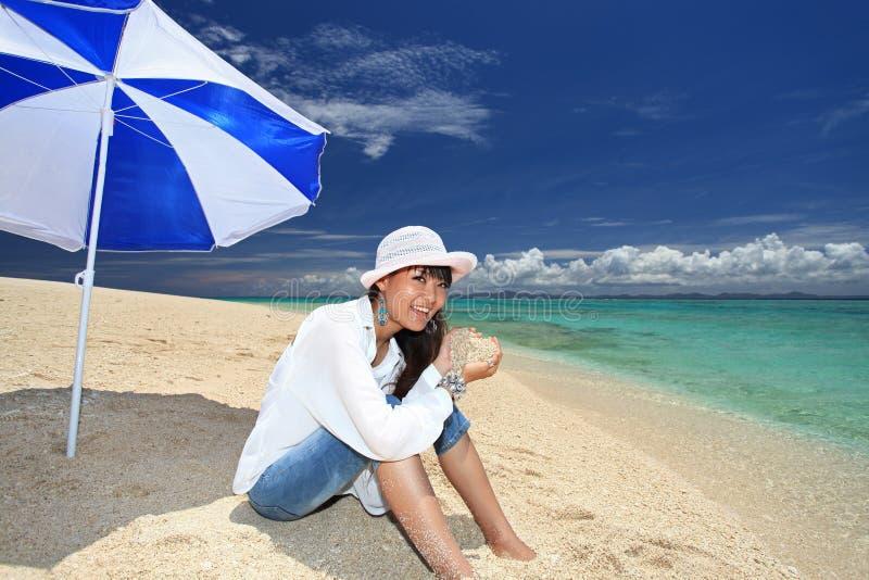 Vrouw op het mooie strand royalty-vrije stock afbeelding