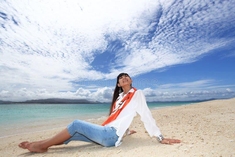 Vrouw op het Mooie strand royalty-vrije stock afbeeldingen