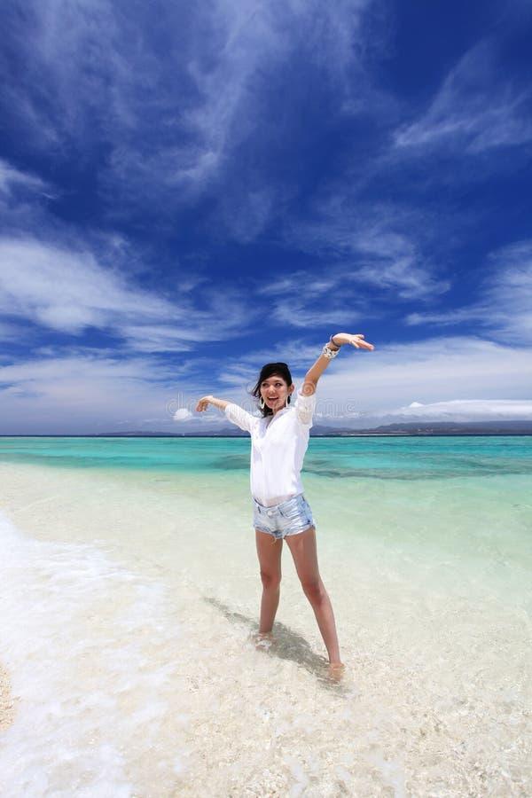 Vrouw op het Mooie strand royalty-vrije stock foto