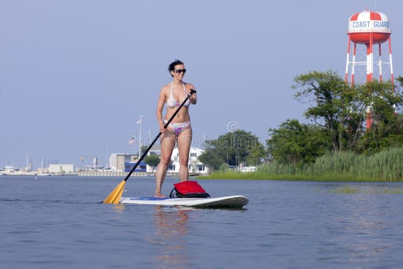 Vrouw op het Opstaan van Paddleboard-SUP royalty-vrije stock foto