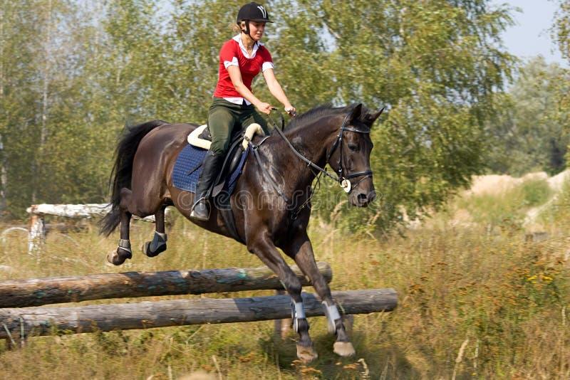 Vrouw op het springen paard stock foto's