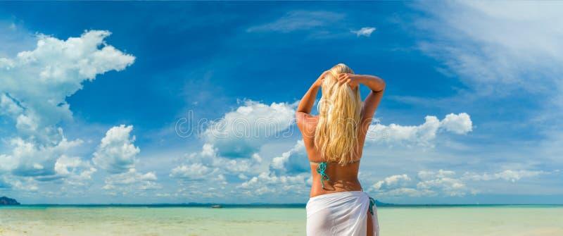 Vrouw op het strand stock afbeelding