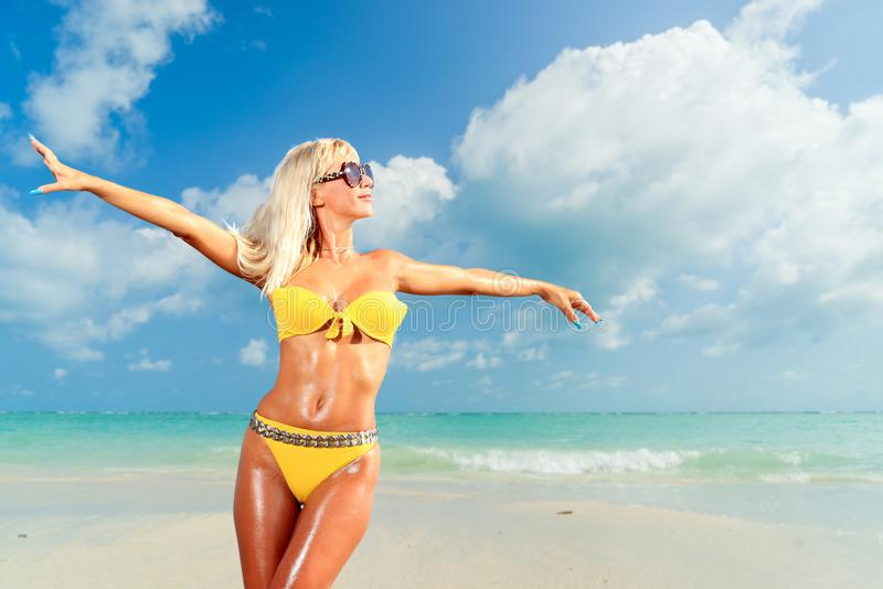 Vrouw op het strand stock afbeeldingen