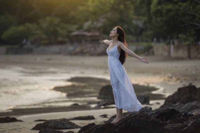 Vrouw op het strand royalty-vrije stock fotografie