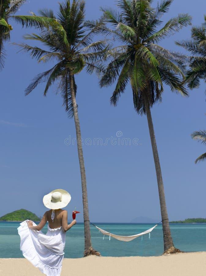 Vrouw op het strand met cocktail royalty-vrije stock foto