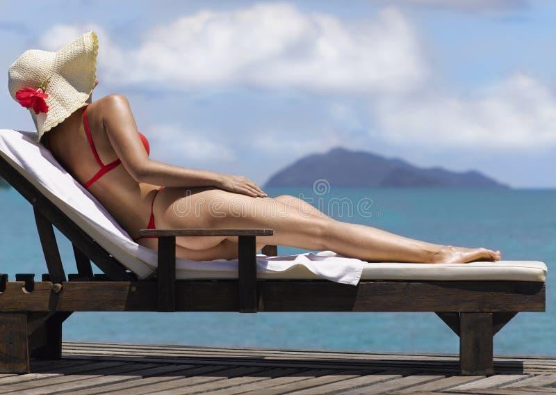 Vrouw op het strand in rood royalty-vrije stock foto's