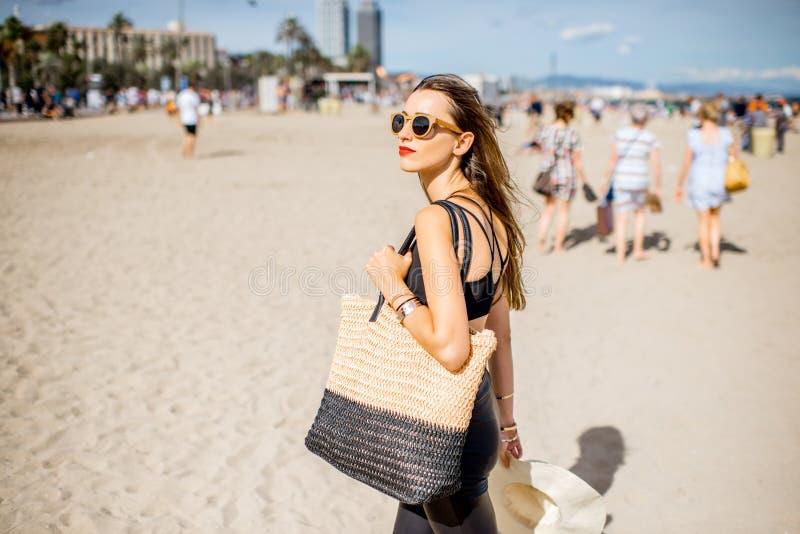 Vrouw op het strand van Barcelona royalty-vrije stock afbeeldingen