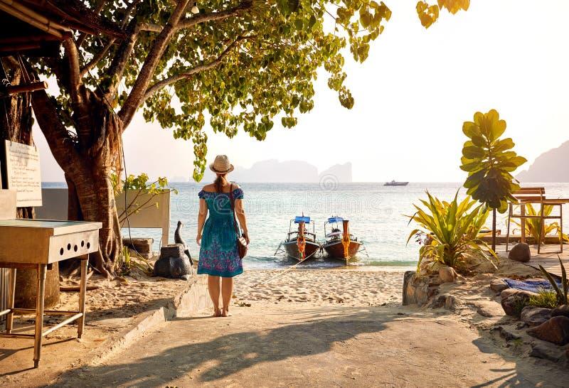 Vrouw op het tropische zonsondergangstrand royalty-vrije stock fotografie