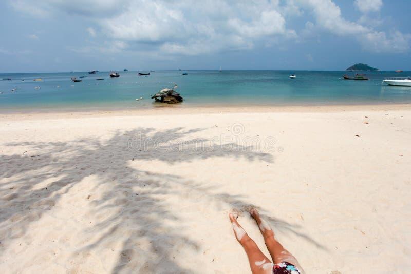 Vrouw op het zand stock foto