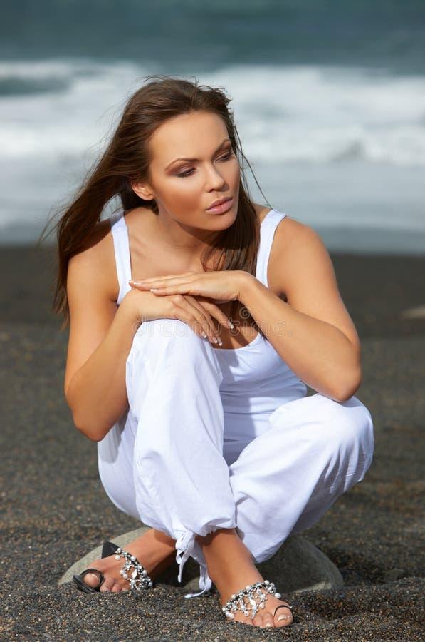 Vrouw op het Zwarte Strand stock fotografie
