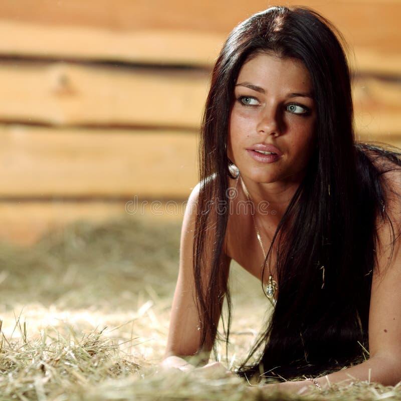 Vrouw op hooi stock foto