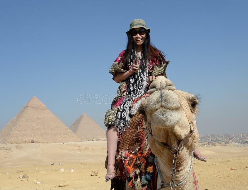 Vrouw op kameelrug stock foto's