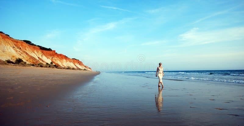 Vrouw op kustlijn van oceaan royalty-vrije stock afbeeldingen