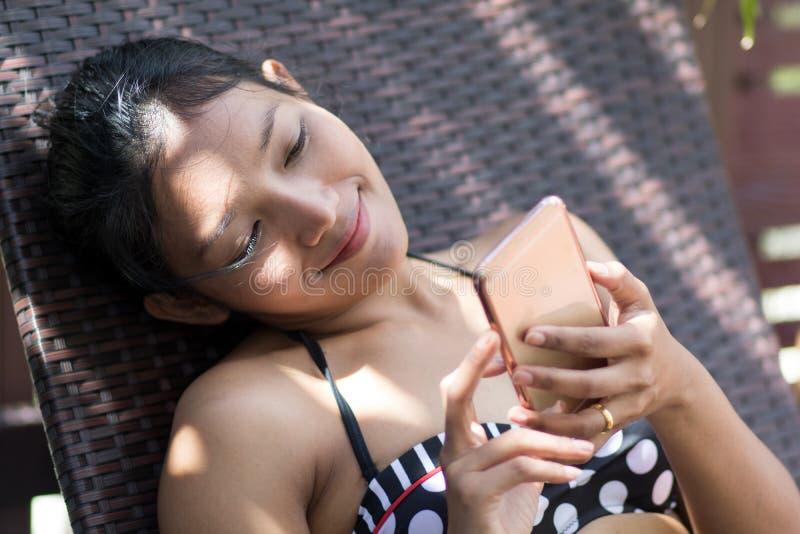 Vrouw op lanterfanter met mobiele telefoon royalty-vrije stock foto