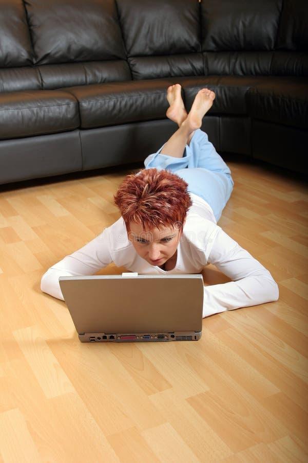 Vrouw op Laptop 6 royalty-vrije stock afbeeldingen