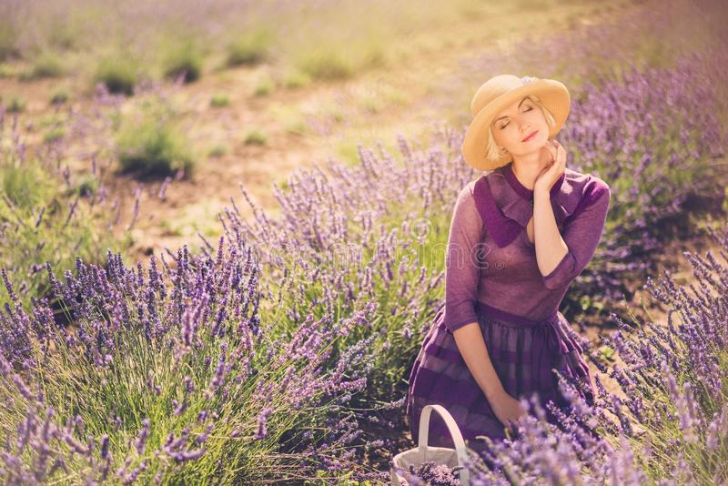 Vrouw op lavendelgebied royalty-vrije stock foto