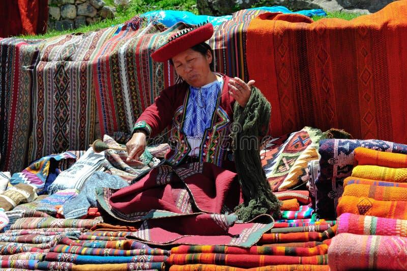 Vrouw op markt Pisac in Peru stock afbeeldingen