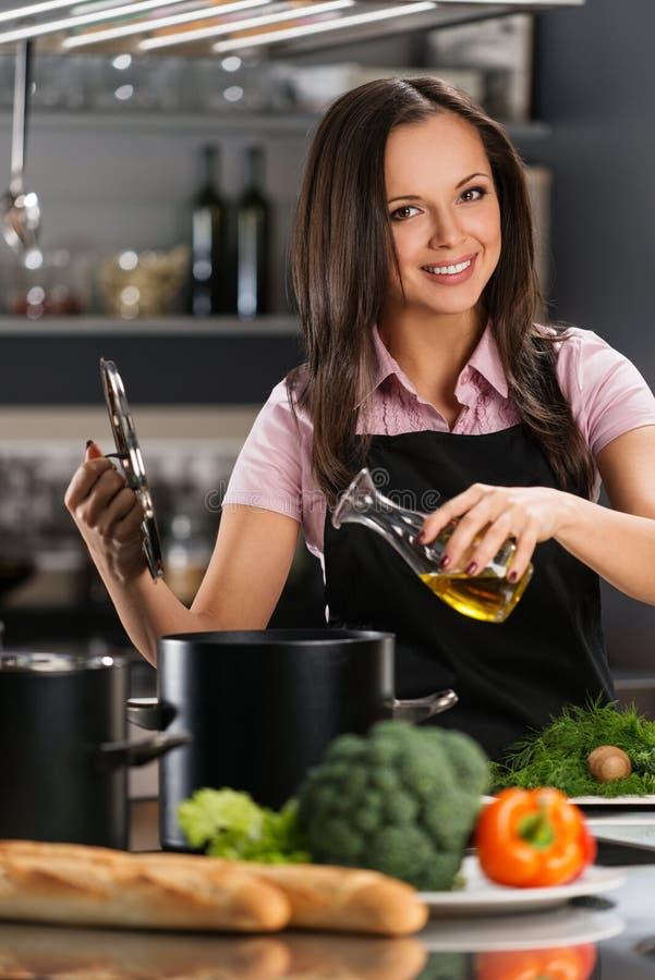 Vrouw op moderne keuken royalty-vrije stock fotografie
