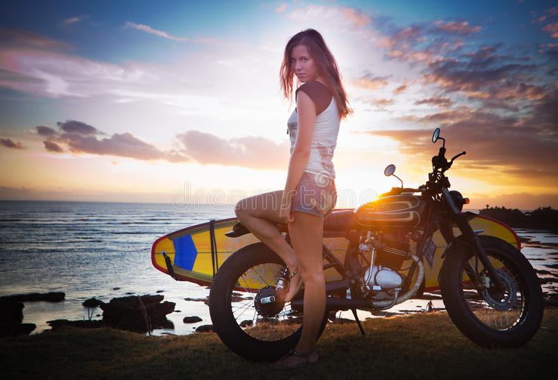 Vrouw op motorfiets royalty-vrije stock afbeelding