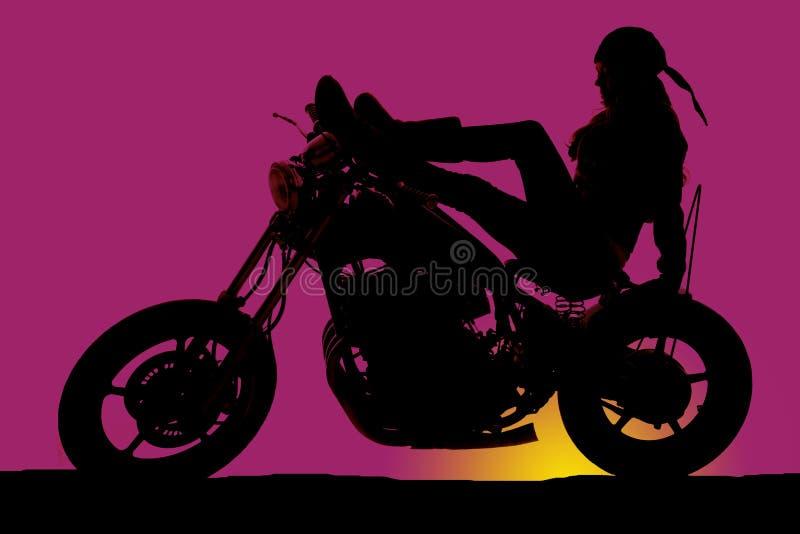 Vrouw op motorfiets purpere zonsondergang royalty-vrije stock afbeeldingen