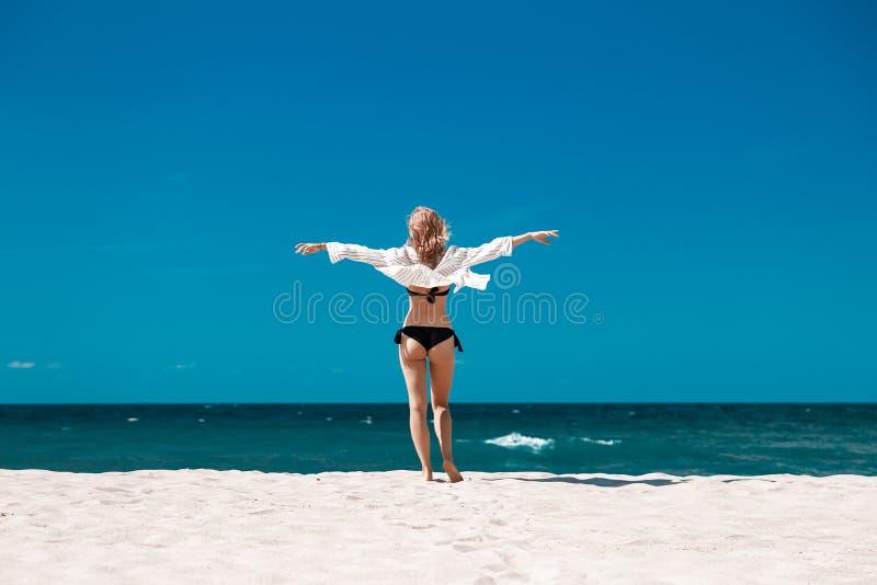 Vrouw op overzees strand royalty-vrije stock foto