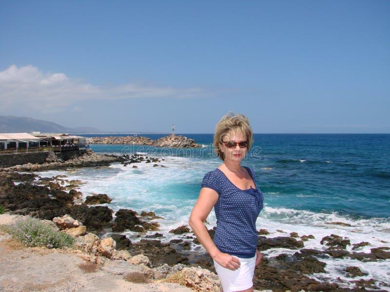 Vrouw op overzeese achtergrond stock afbeeldingen