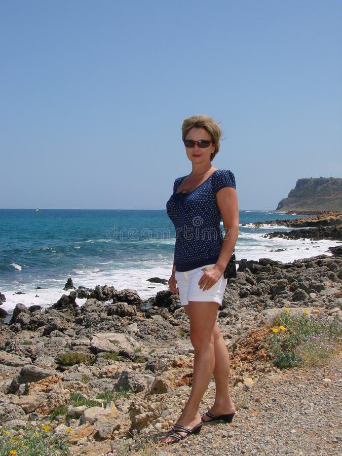 Vrouw op overzeese achtergrond royalty-vrije stock afbeeldingen
