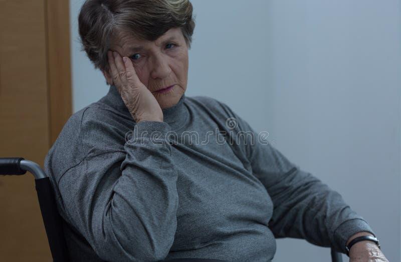 Vrouw op rolstoel stock fotografie