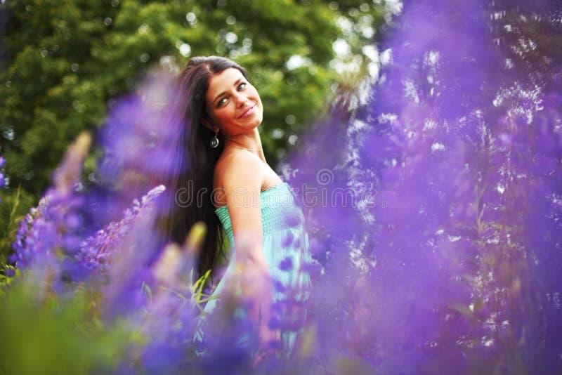 Vrouw op roze bloemgebied stock afbeelding