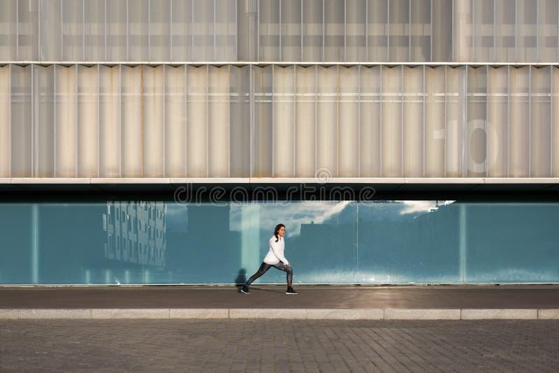 Vrouw op stedelijke geschiktheidstraining stock foto's