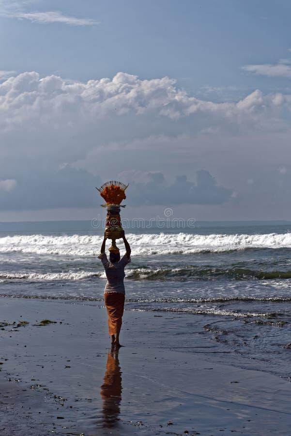 Vrouw op strand royalty-vrije stock foto's