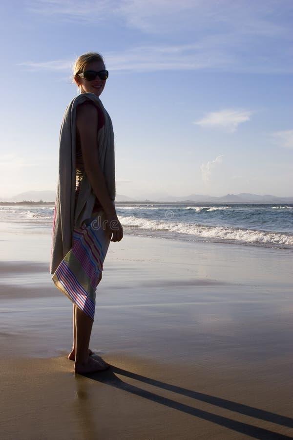 Vrouw op strand 2 stock fotografie