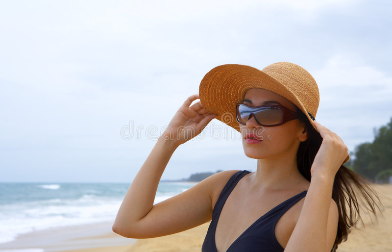 vrouw op strand royalty-vrije stock fotografie