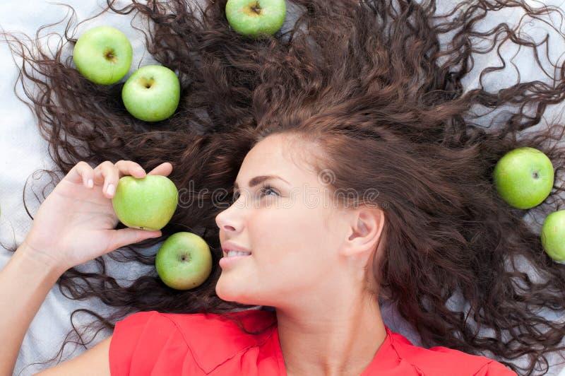 Vrouw op tarwegebied met groene appel. royalty-vrije stock afbeelding