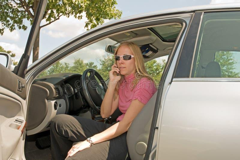 Vrouw op telefoon in auto royalty-vrije stock foto