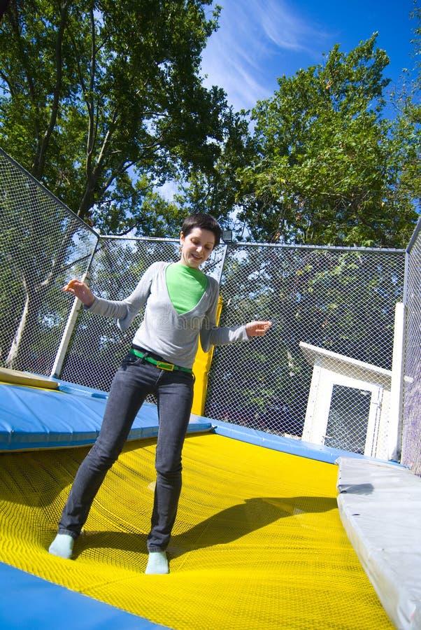 Vrouw op trampoline stock foto