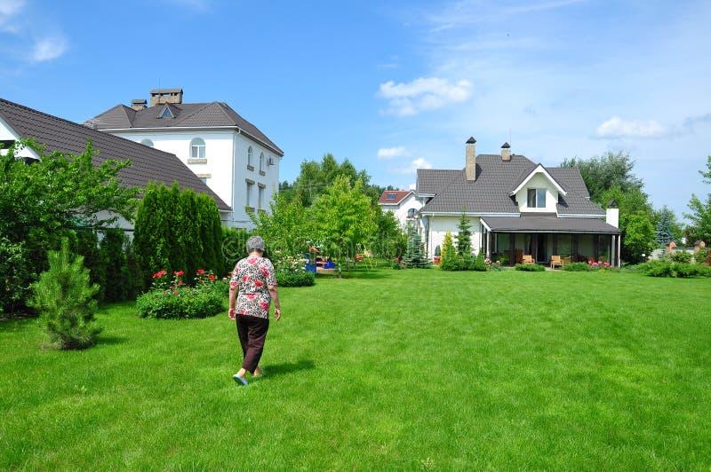 Vrouw op tuin royalty-vrije stock fotografie