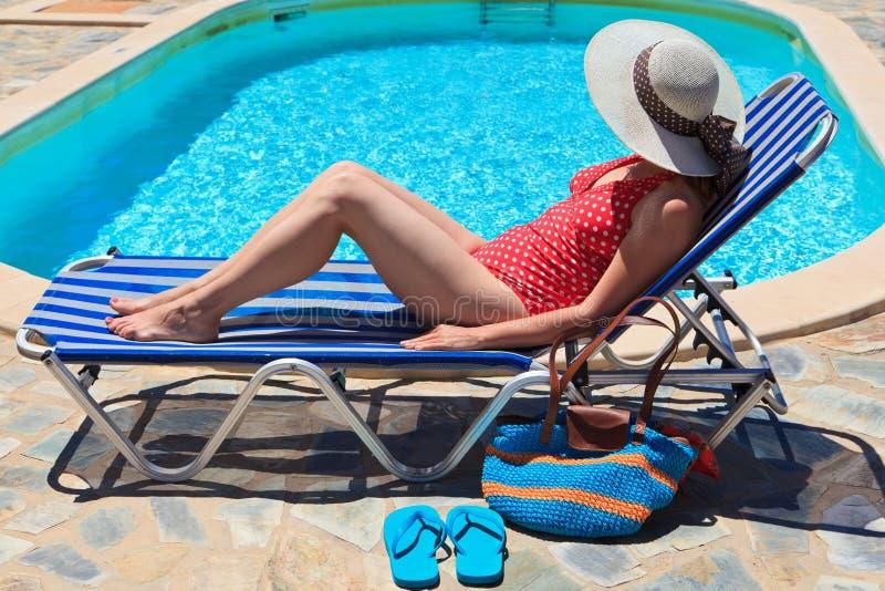 Vrouw op vakantie door de pool royalty-vrije stock foto's