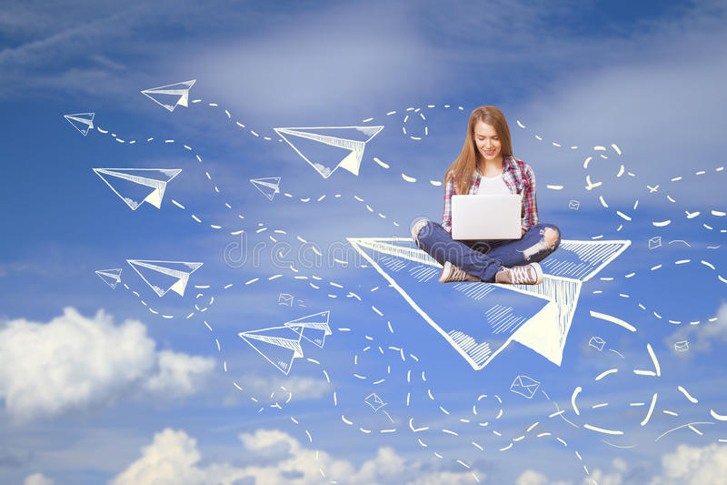 Vrouw op vliegtuig die laptop met behulp van royalty-vrije stock fotografie