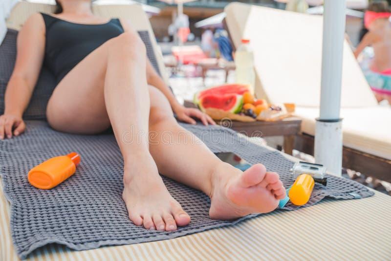 vrouw op zonlanterfanter Lange mooie benen De vakantie van de zomer stock afbeelding