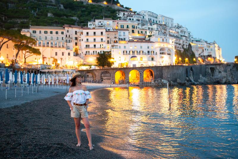 Vrouw op zonsondergang in Amalfi stad in Italië royalty-vrije stock afbeelding
