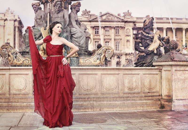 Vrouw in openbaar vierkant, in Parijs, Frankrijk stock foto's