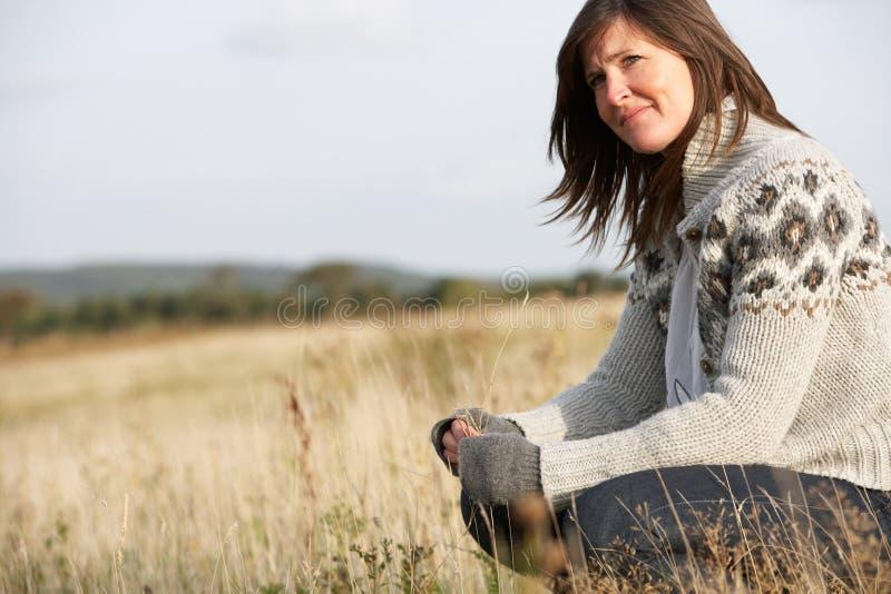 Vrouw in openlucht in het Landschap van de Herfst royalty-vrije stock fotografie