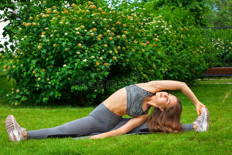 Vrouw opleiding in het park stock foto