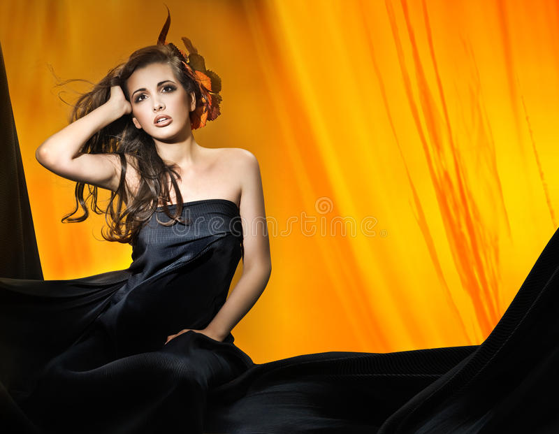 Vrouw over gele achtergrond royalty-vrije stock fotografie